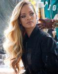 Rihanna'nın Dalgalı Sarı Saçları