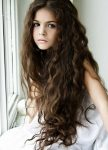 Uzun Dalgalı Saçlı Kız Çocuğu